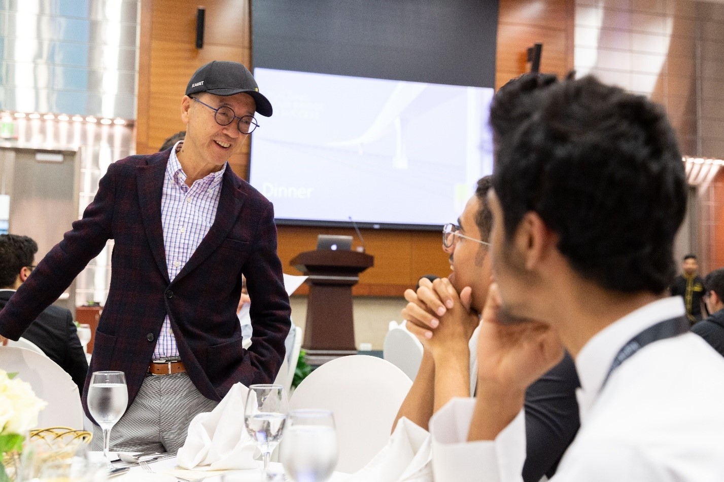 KAUST President Tony Chan chats with new KSGP students over dinner.